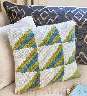 Вязаная подушка с геометрическим рисунком